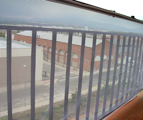 malla de protección para barandilla que impide la caída de objetos desde el balcón