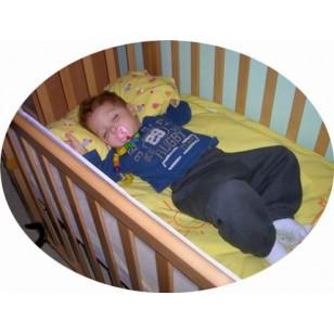 El bebé duerme tranquilo y protegido