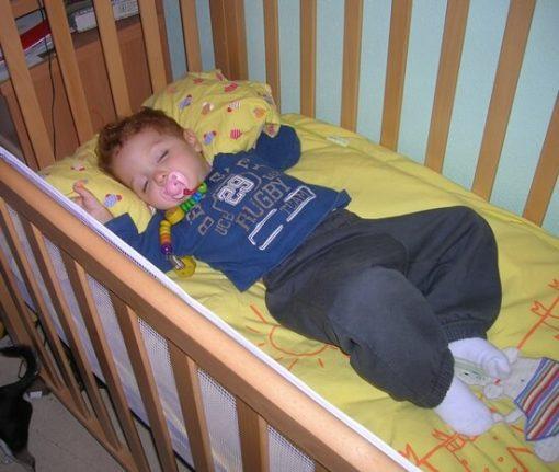 proteger bebé en la cuna